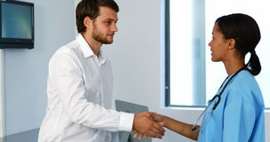 Doctor y paciente que sacuden las manos en clínica almacen de video