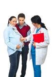 Doctor y pares embarazados Imagen de archivo libre de regalías