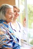 Doctor y su sonrisa paciente Imagenes de archivo