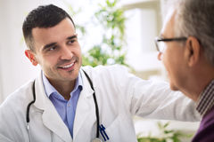 Doctor y un paciente mayor fotografía de archivo