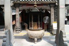 A-doctorandus in de letteren tempel het bidden joss stok Royalty-vrije Stock Fotografie
