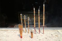 A-doctorandus in de letteren tempel het bidden joss stok Royalty-vrije Stock Afbeelding