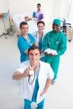 Doctores con el stethodcope en un cuarto paciente Fotografía de archivo