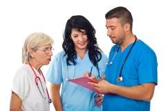 Doctores con el sujetapapeles que tiene converation Foto de archivo libre de regalías