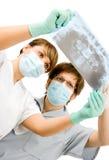 Doctores con la radiografía imágenes de archivo libres de regalías