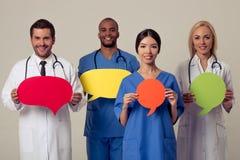 Doctores con las burbujas del discurso Imagen de archivo libre de regalías