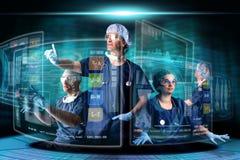 Doctores con las pantallas imágenes de archivo libres de regalías