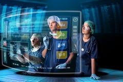 Doctores con las pantallas imagen de archivo