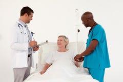 Doctores con un paciente Imagenes de archivo