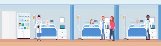 Doctores de la raza de la mezcla que visitan a los pacientes que mienten en moderno interior intensivo del sitio de hospital del  stock de ilustración
