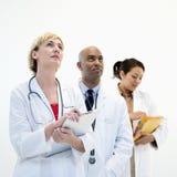 Doctores de sexo masculino y de sexo femenino. Imagen de archivo libre de regalías