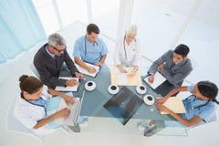 Doctores de sexo masculino y de sexo femenino que usan el ordenador portátil foto de archivo libre de regalías