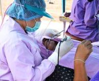Doctores del dentista en el tratamiento de los dientes Fotos de archivo libres de regalías