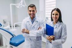Doctores en el lugar de trabajo en clínica dental fotografía de archivo