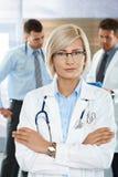 Doctores en el pasillo del hospital Fotografía de archivo