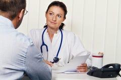 Doctores en práctica médica con los pacientes. Fotos de archivo