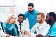 Doctores multinacionales Resultados pacientes del ` s de la radiografía fotos de archivo libres de regalías