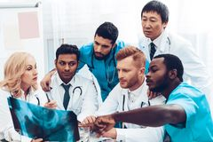 Doctores multinacionales Resultados pacientes del ` s de la radiografía foto de archivo libre de regalías
