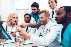 Doctores multinacionales Resultados pacientes del ` s de la radiografía fotos de archivo