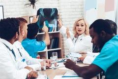 Doctores multinacionales Resultados pacientes del ` s de la radiografía fotografía de archivo libre de regalías