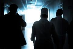 Doctores que caminan abajo del pasillo para ahorrar una vida Fotos de archivo