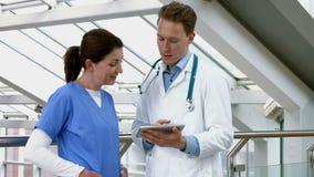 Doctores que hablan en el vestíbulo metrajes