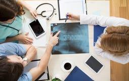 Doctores que interpretan imagen de la radiografía foto de archivo