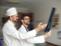 Doctores que miran el cuadro de la radiografía Imagen de archivo libre de regalías
