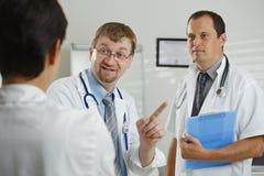 Doctores que tienen consulta Imágenes de archivo libres de regalías