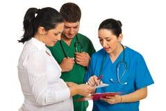 Doctores que tienen conversación con embarazado Fotografía de archivo libre de regalías