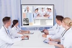 Doctores que tienen reunión de la videoconferencia en hospital Fotografía de archivo