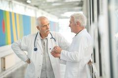 Doctores que tienen una conversación foto de archivo libre de regalías