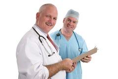Doctores sonrientes con la carta Imagenes de archivo