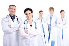 Doctores sonrientes felices en vestidos del hospital Foto de archivo libre de regalías