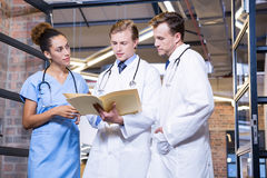 Doctors discussing a medical report Royalty Free Stock Images