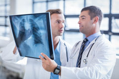 Doctors discussing an xray Royalty Free Stock Images