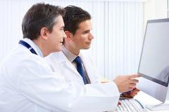 doctors läkarundersökning Arkivbild