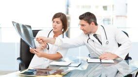 Doctors looking at  x-ray Royalty Free Stock Photos