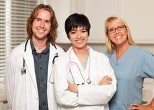 doctors male sjuksköterskor för kvinnlign som ler tre Fotografering för Bildbyråer