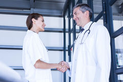 Doctors shaking hands Royalty Free Stock Photography