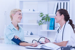 Doctors speaking together Royalty Free Stock Photos
