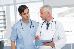 Doctors talking about a file Royalty Free Stock Photography