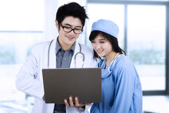 Doctors team using computer Royalty Free Stock Photos