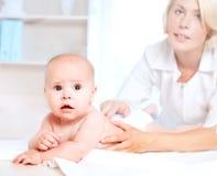 Doctrorpediater en baby Stock Afbeeldingen