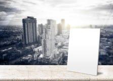 Document affiche bij Berijpt glas met Landschapsmening van Stad Skylin Royalty-vrije Stock Foto's