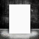 Document affiche in de Lege concrete muur en het cement van Grunge Stock Afbeeldingen