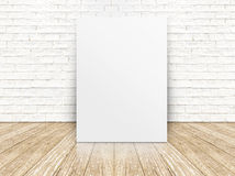 Document affiche op de witte bakstenen muur en de houten vloer, templat Royalty-vrije Stock Foto's