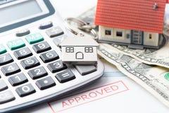 Document approuvé de prêt d'hypothèque avec des clés de Chambre photographie stock