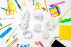 Document ballen op de schoolbank Het concept die geproduceerde ideeën, nieuwe ideeën uitvinden Het zoeken van besluiten Slecht id stock foto
