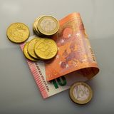 Document bankbiljetten van tien euro en muntstukken Stock Afbeelding